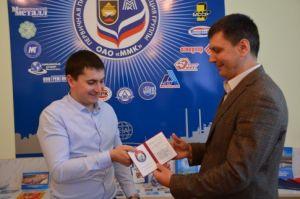 Диплом об окончании обучения вручает председатель ППО Группы ММК Б. Семенов
