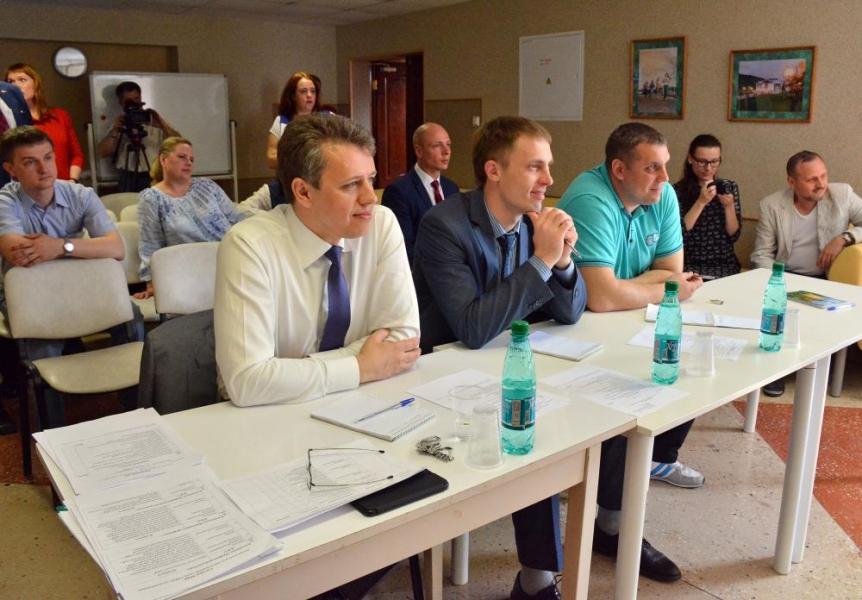Конкурс проводился в 3 этапа: оценка материалов о молодежной комиссии, защита проектов, дебаты