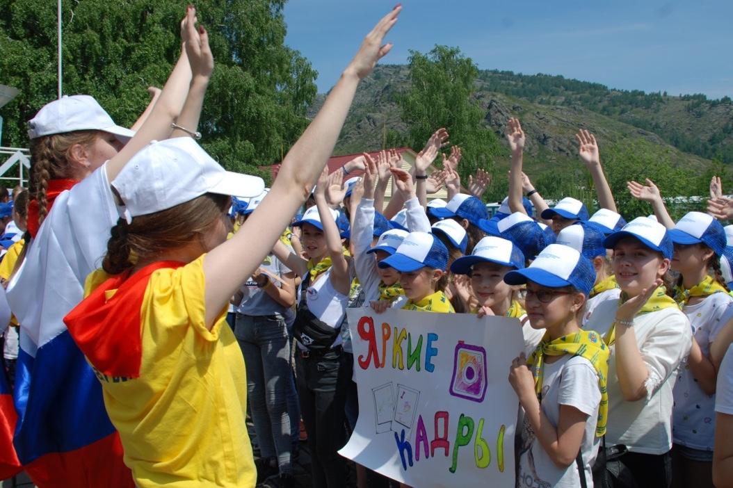 Нарядные мальчишки и девчонки вместе с вожатыми устроили творческий праздник