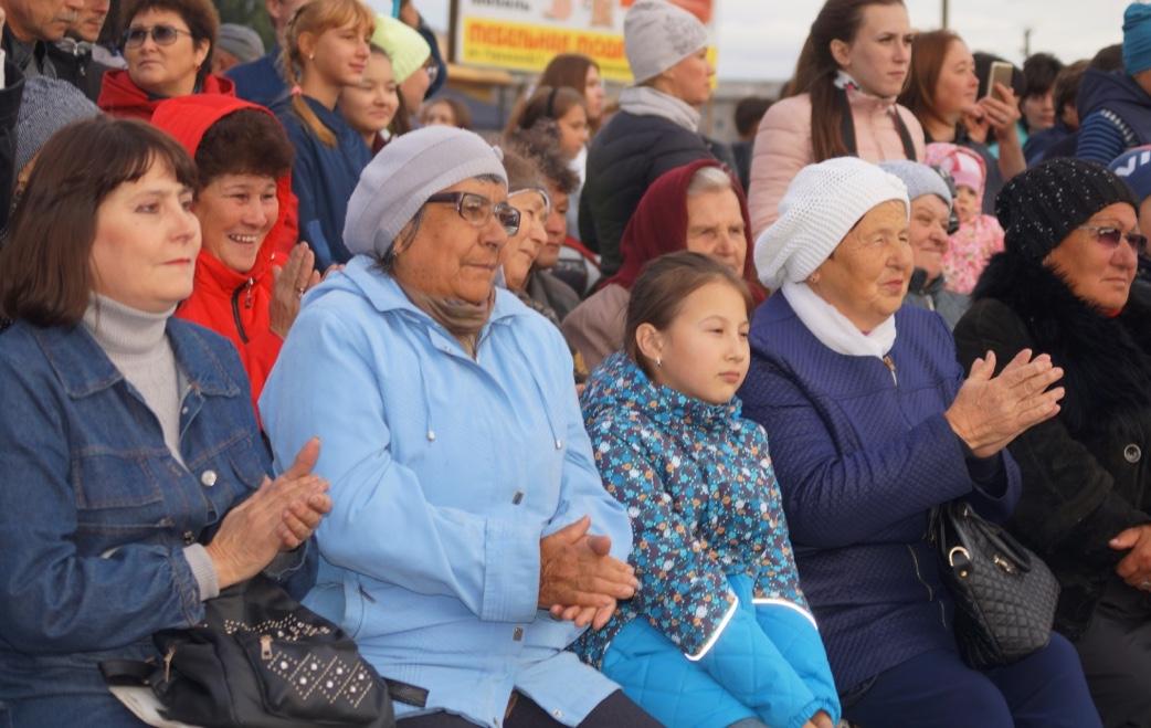 На площади Межозерного собралось несколько сотен горняков и членов их семей