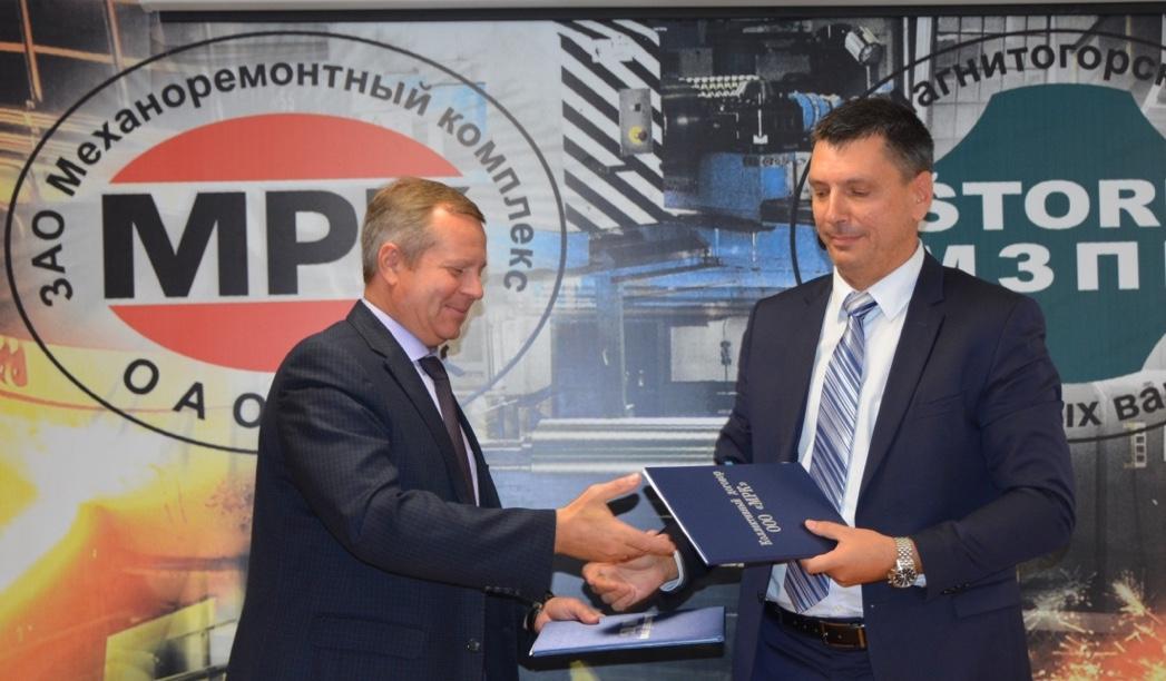 Новый колдоговор подписали директор «МРК» Сергей Унру и председатель ППО Группы «ММК» Борис Семенов