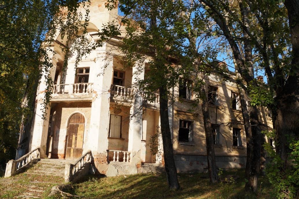 Брошенное здание бакальского техникума