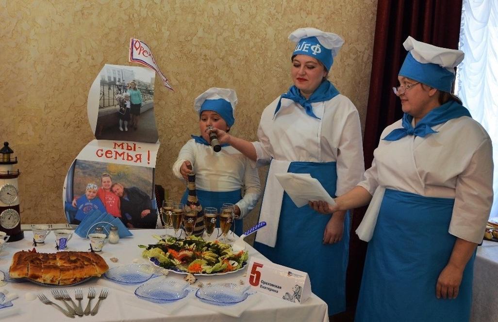 Участницы кулинарного этапа конкурса «Женщина года» должны были презентовать заранее приготовленные блюда