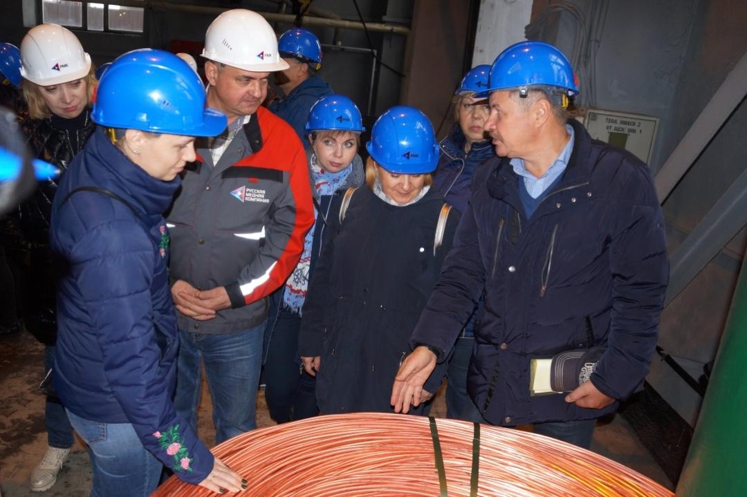 Делегацию гостей составили предцехкомы и члены профкома, представители основных подразделений Челябинского цинкового завода