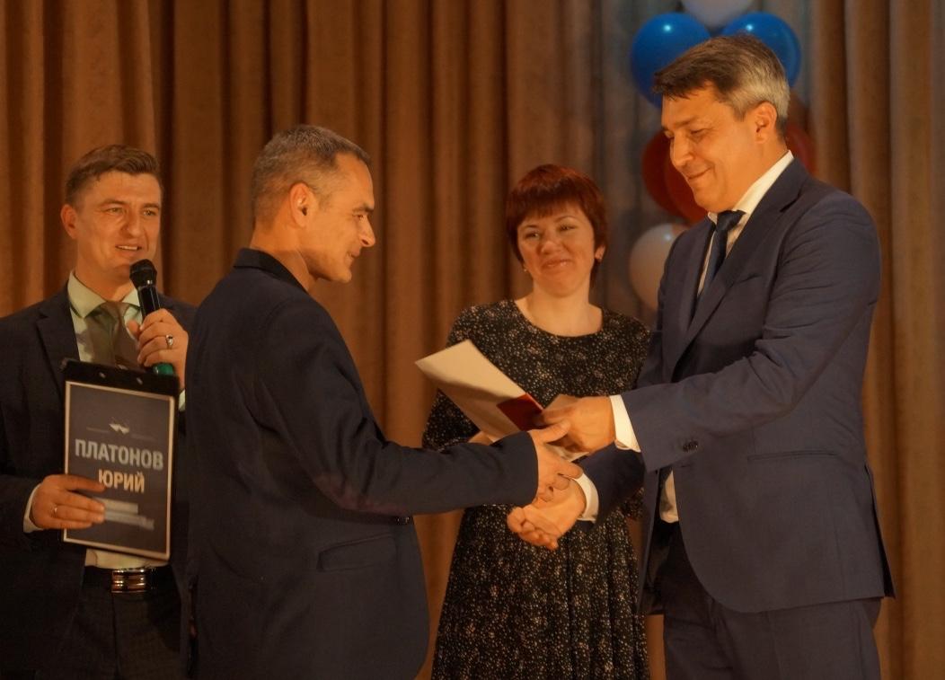 Награду вручает директор ОАО «Челябвтормет» Рашит Минмухаметов