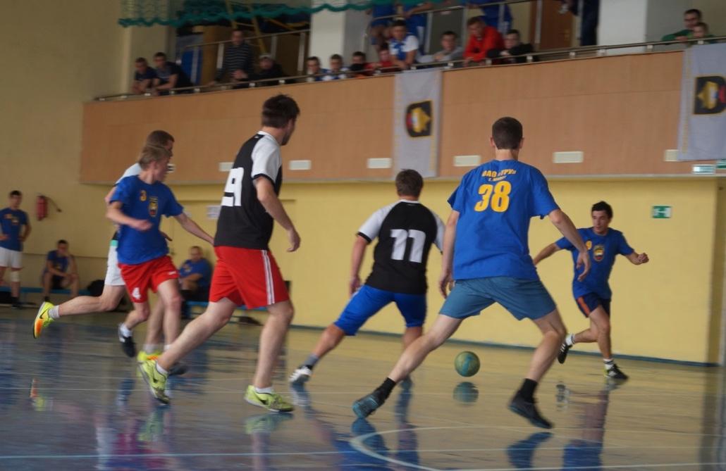 Борьба за мяч между командами ТРУ и ЧЭМК