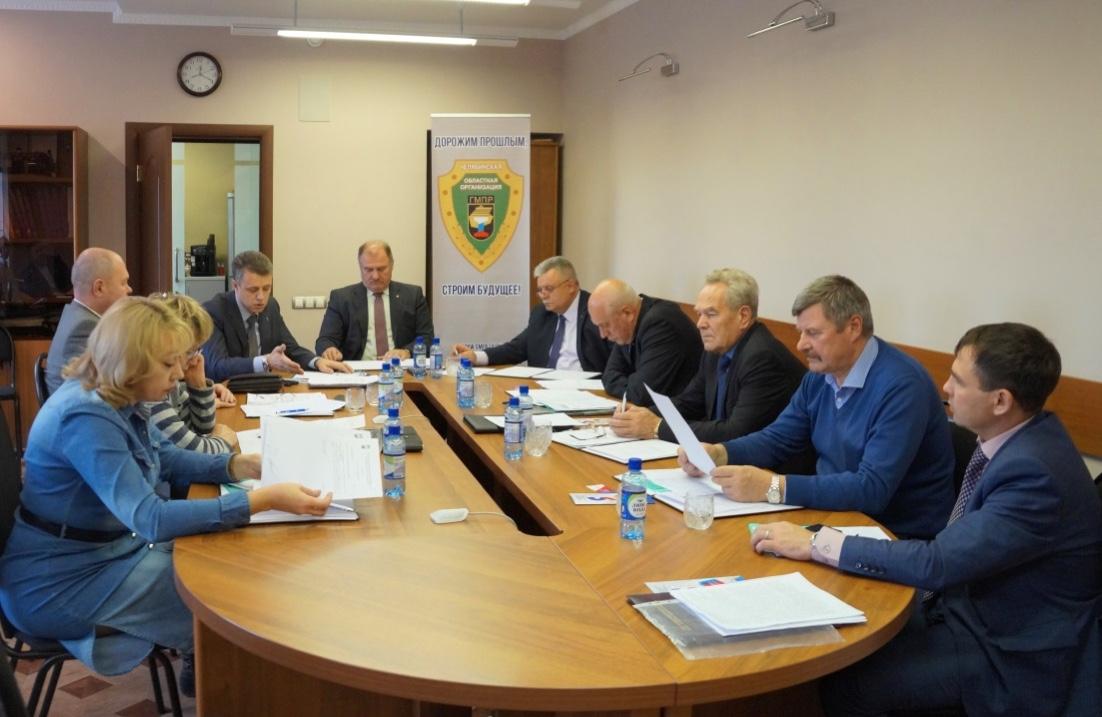 В кадре А. Сабуров (Магнезит), С. Яшукин (ЧЦЗ), Ю. Курицын (АМЗ), Т. Колесникова (КМЭЗ) и др. участники заседания президиума