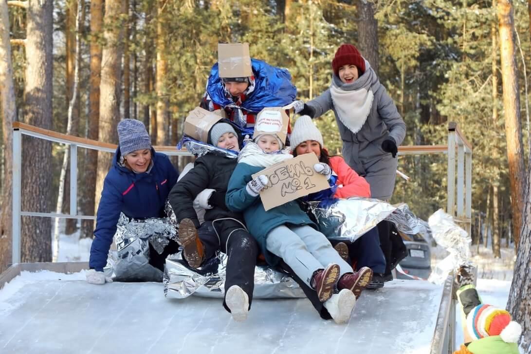 Взрослые и дети катались с горки, рассекали лед на коньках и совершали лыжные прогулки