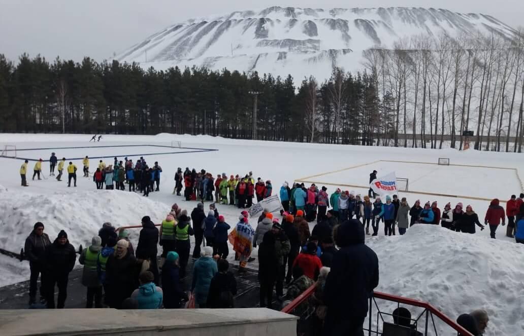 Количество желающих сыграть в хоккей в валенках в В. Уфалее в этом году прибавилось