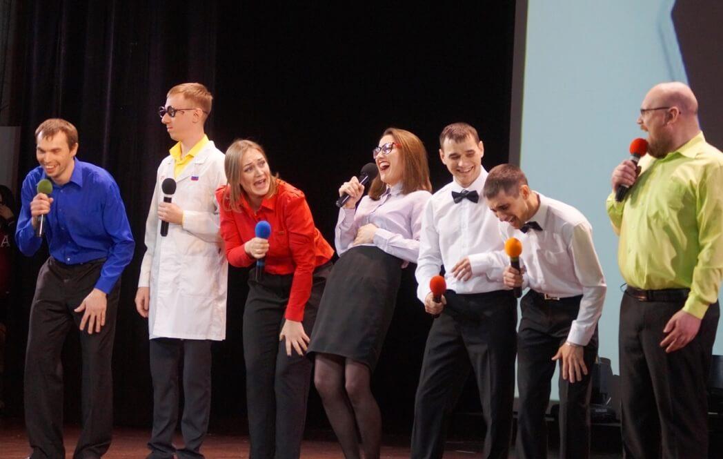 На сцене команда «Крепче стали» (совет молодежи ПНТЗ)