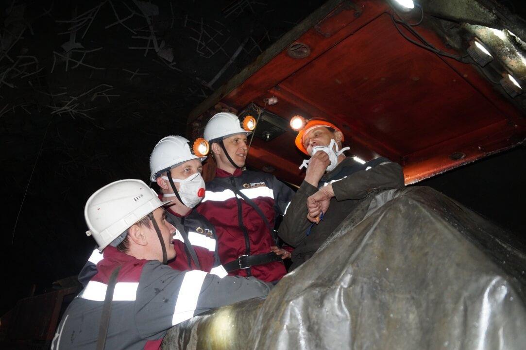 Участники ШМПЛ общаются с горняками Узельгинского рудника