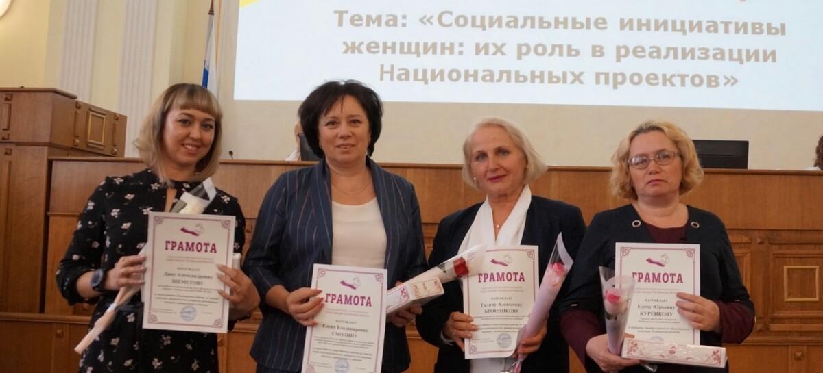 Награжденные - Д. Шеметова (ММК-МЕТИЗ), Е. Смолина (Группа ММК), Г.Ббронникова (ЧМК)