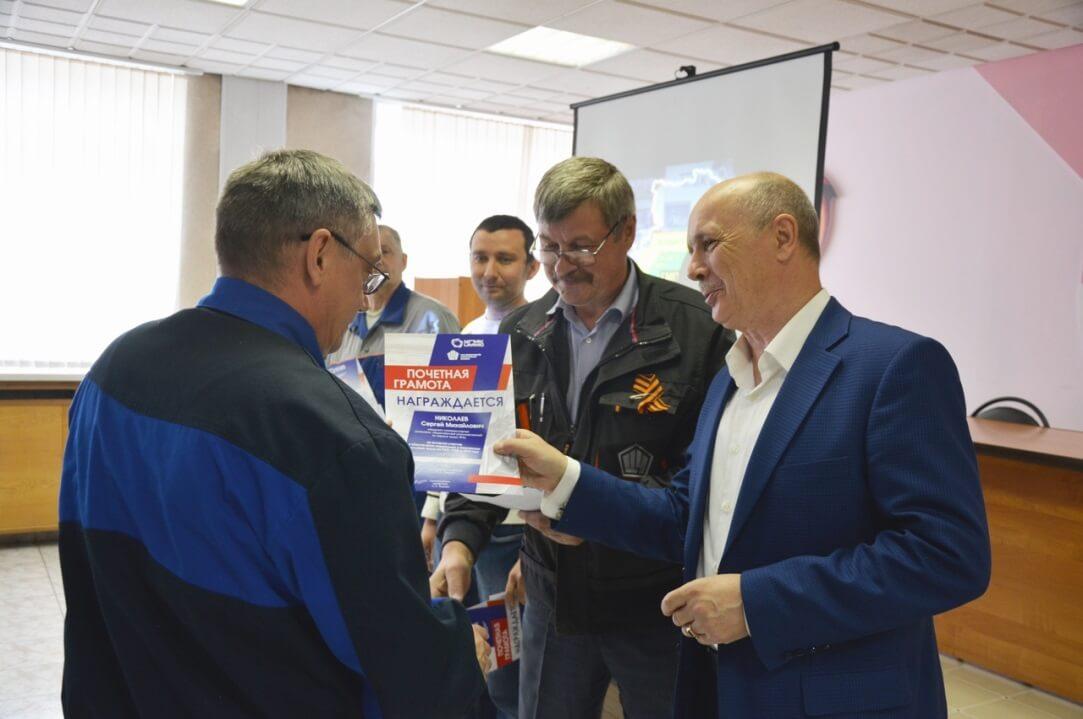Почетная грамота вручается Сергею Николаеву, машинисту компрессорных установок