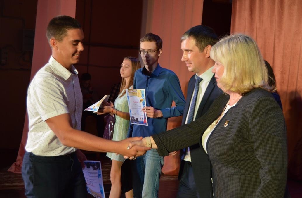 Награды школьникам-победителям вручают Е. Машкин, Е. Рамазанова