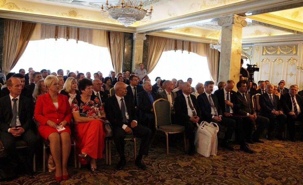 Поздравить южноуральцев приехали руководители ГМПР, территориальных организаций профсоюза, представители власти, лидеры горно-металлургических профсоюзов стран СНГ