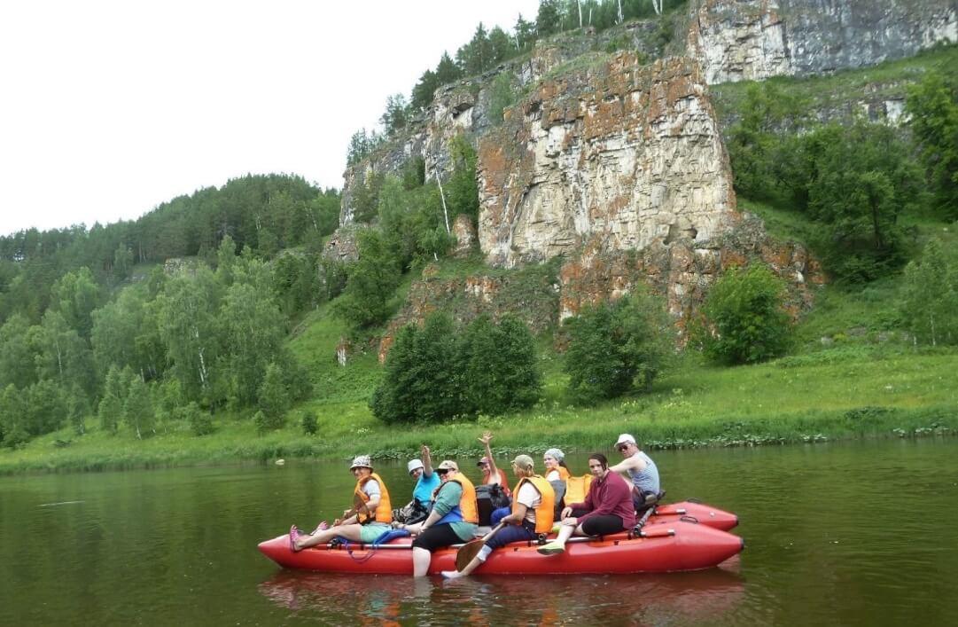 Отвесные скалы – характерное украшение пейзажа на берегах реки Ай