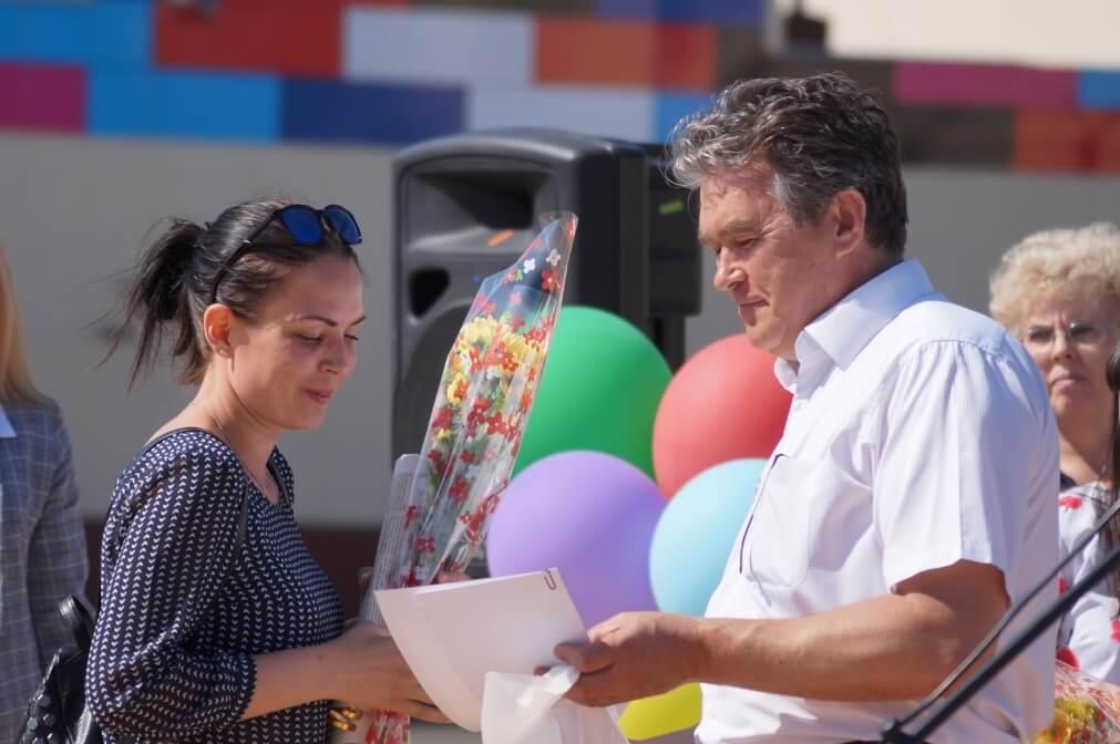 Заместитель главы Карабашского городского округа Алексей Лепешков вручает награду молодому профсоюзному активисту Наталье Соповой