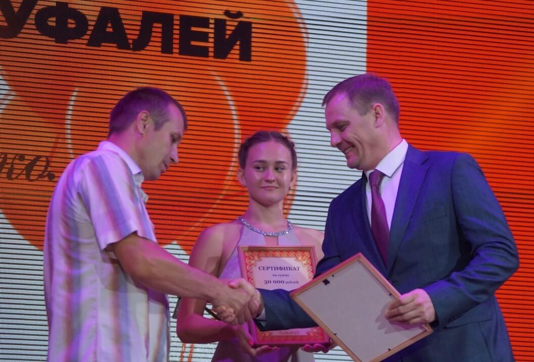 Награду вручает гендиректор «МетМашУфалея» Владимир Москалев