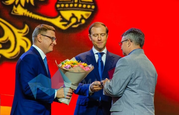 Алексей Текслер и Денис Мантуров вручают награды