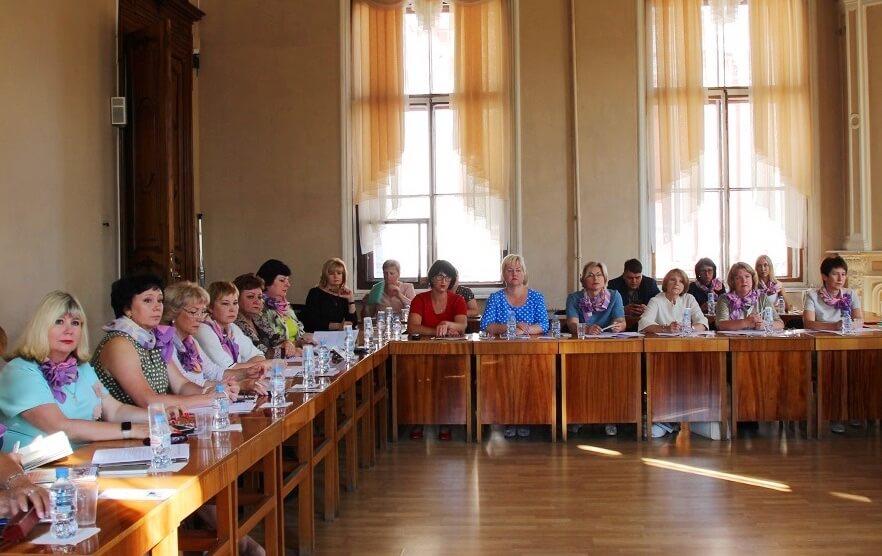 Среди участников заседания комиссии – председатели и члены женсоветов профкомов предприятий ГМК