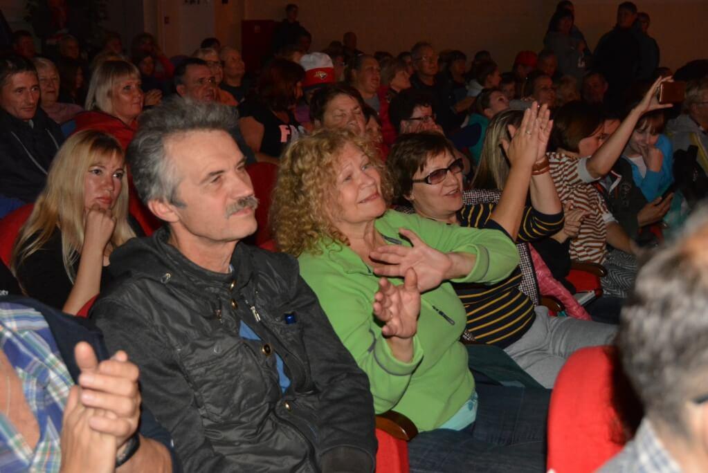 Зрители встречали исполнителей тепло и по-дружески