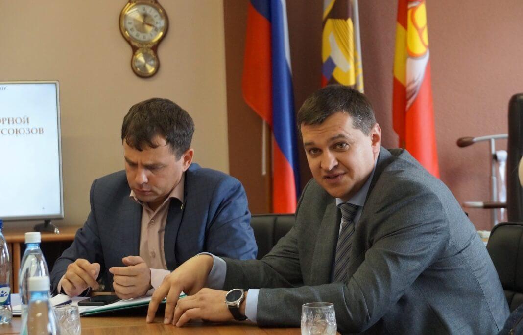 Слева направо: председатель ППО «Магнезита» Алексей Сабуров, зампредседателя областной Федерации профсоюзов Олег Екимов