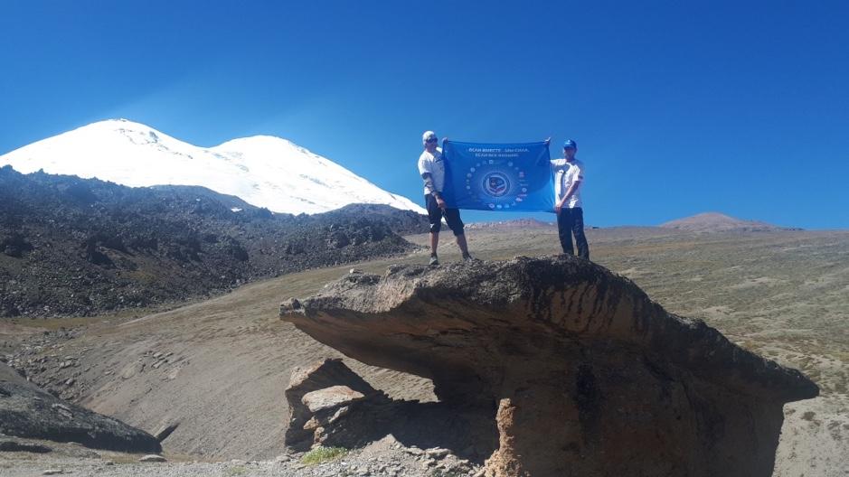 Металлурги ММК на фоне знаменитой двугорбой вершины