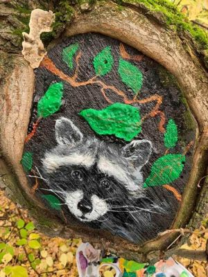 Работники ЧМК украшают деревья рисунками на тему сказок и фэнтези