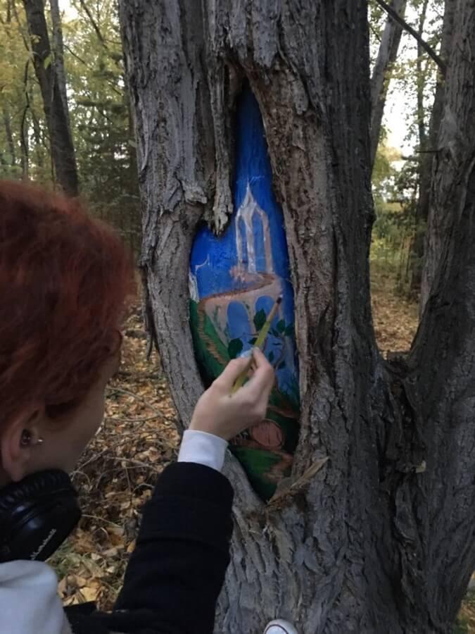 Рисуют акриловыми красками, которые безопасны для дерева