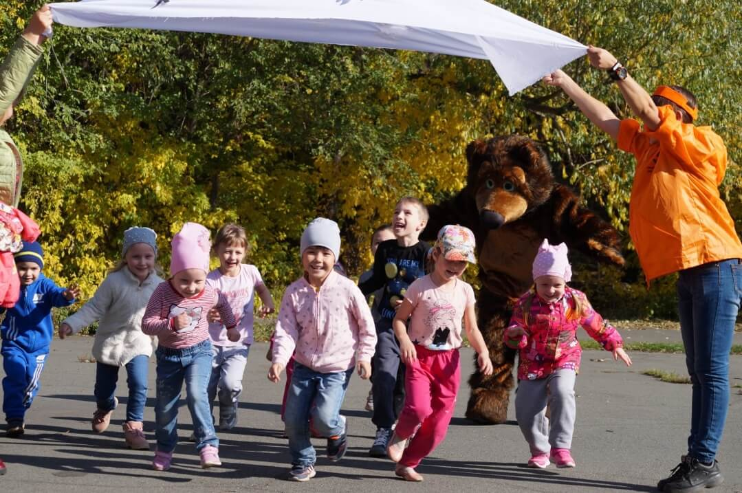 Для дошколят на «Осеннем марафоне» организовали подвижные игры и конкурсы
