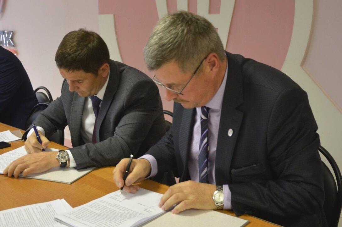 Подписание колдоговора на 2020-2022 гг. Павел Избрехт (слева), Сергей Яшукин