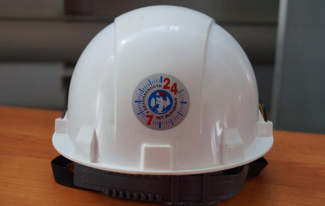 Каска ММК с эмблемой известного проекта «7/24. У безопасности нет выходных»