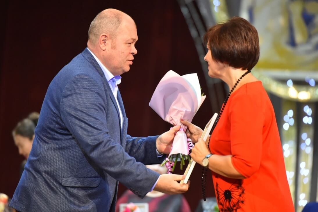 Награду вручает Айдар Сафиуллин, председатель ППО ЧМК