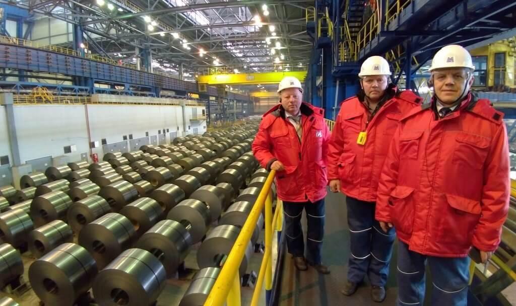 Представители профсоюза работников автомобильного и сельскохозяйственного машиностроения в 11-м листопрокатном цехе ММК