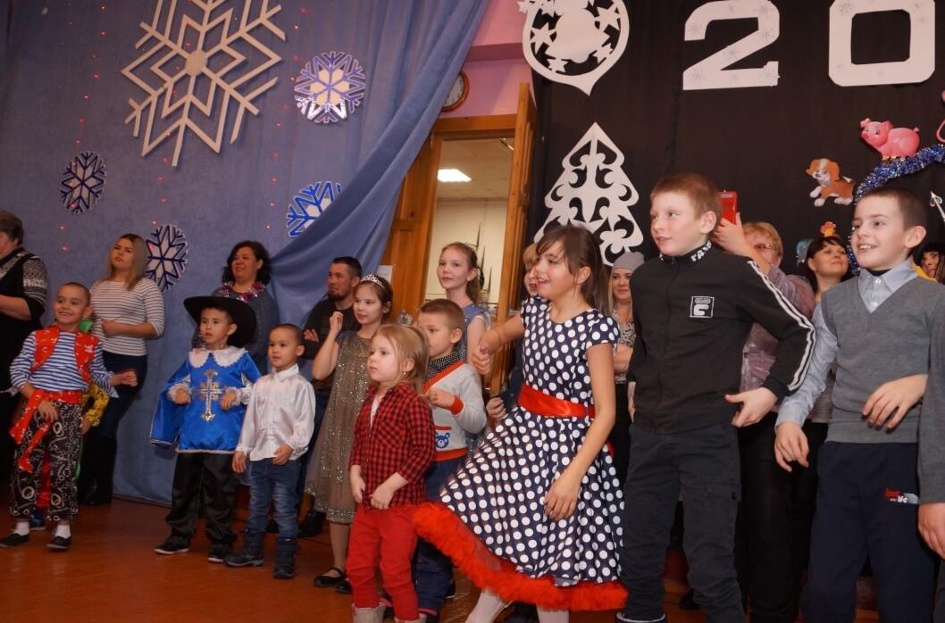 В новогоднюю сказку ребят сводили профком АГРК и областной комитет ГМПР