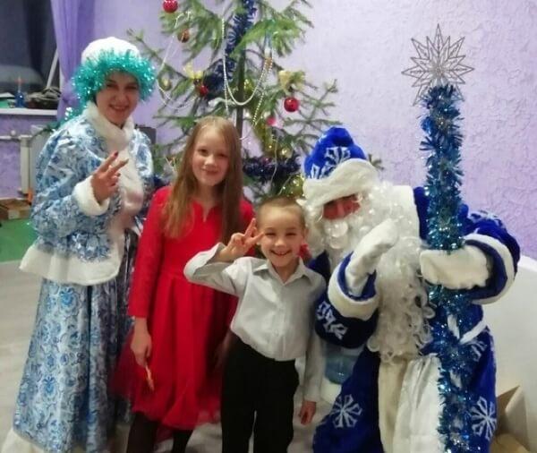 В роли Деда Мороза и Снегурочки – Динар Фазлыев, Ульяна Зимнухова