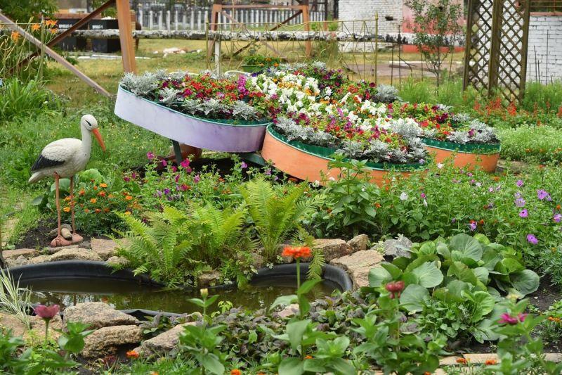ЧМК расцвел тысячами цветов и плодовых деревьев